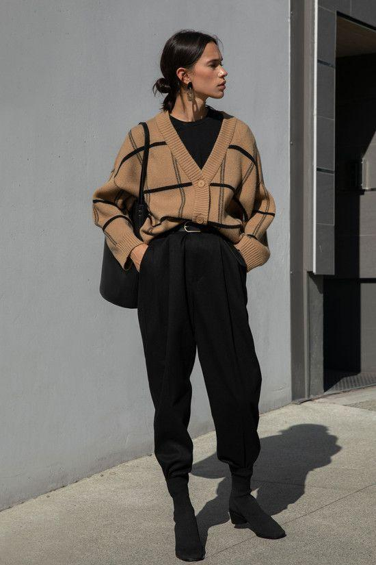 Knitwear outfit: Καφέ πλεκτή ζακέτα με μαύρες ρίγες φορεμένη σε total black outfit