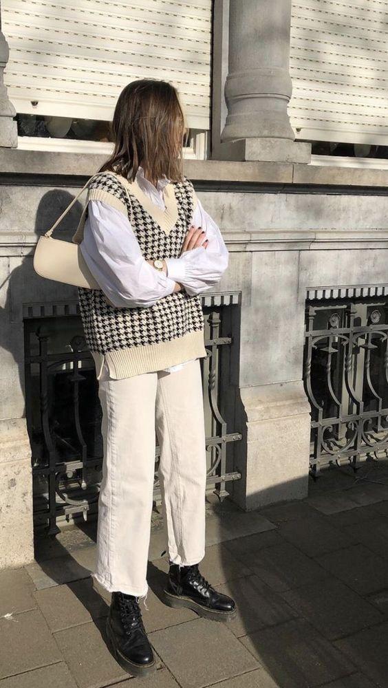 Knitwear outfit: Καρό αμάνικη μπλούζα σε nude και ασπρόμαυρες αποχρώσεις φορεμένη πάνω από λευκό πουκάμισο