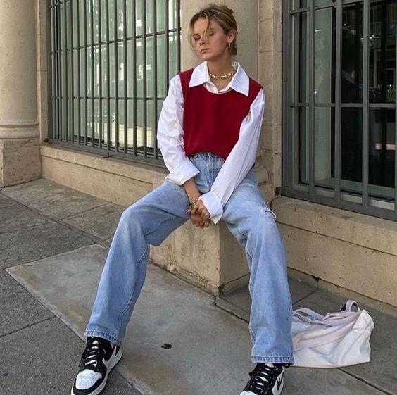 Knitwear outfit: Αμάνικο μπορντό πλεκτό τοπ φορεμένο πάνω από λευκό πουκάμισο με jean παντελόνι