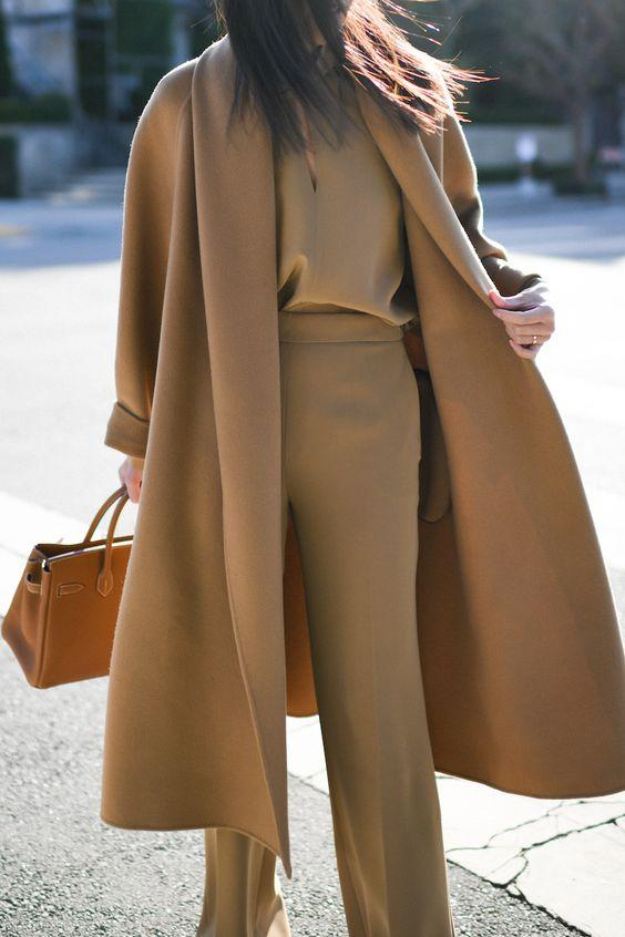 Camel coat με camel παντελόνι και camel τοπ
