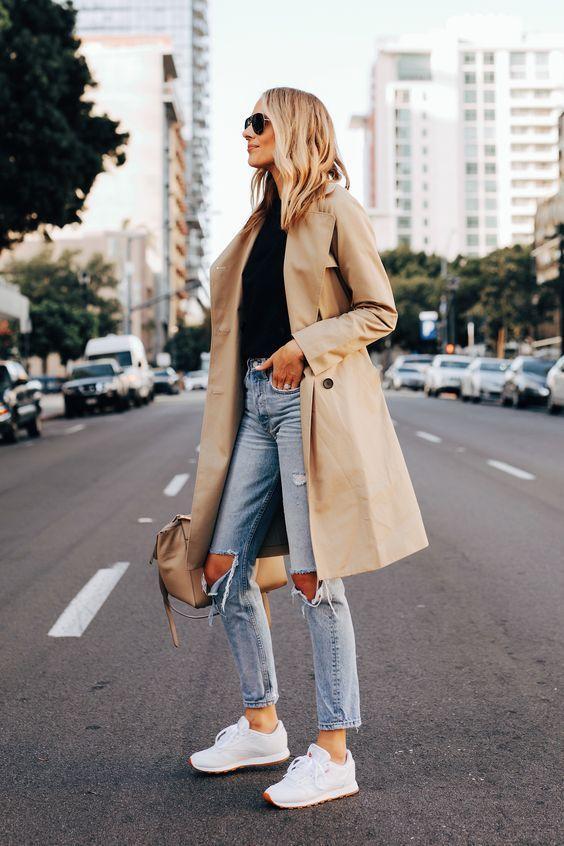 Camel coat με μαύρη μπλούζα και jean παντελόνι