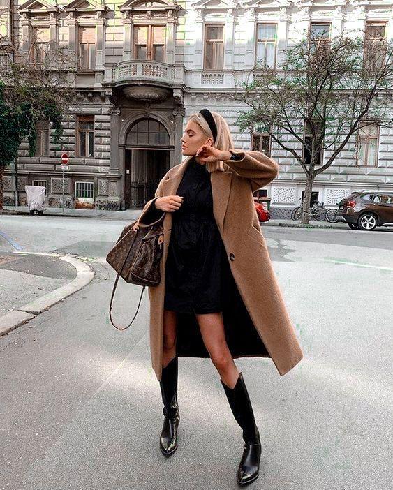 Camel coat με μαύρο mini φόρεμα και μαύρες μπότες
