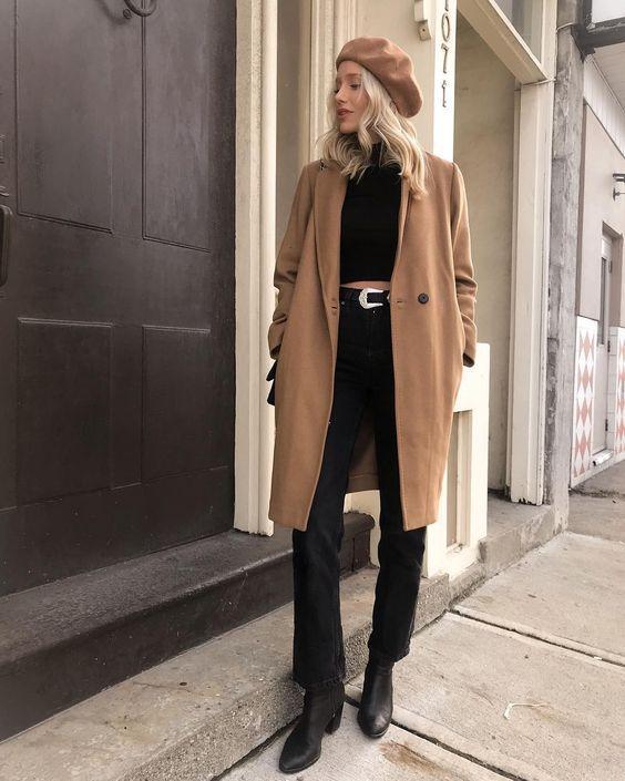 Camel coat με μαύρο τοπ και μαύρο jean παντελόνι