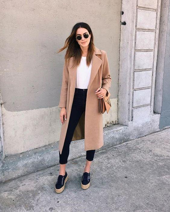 Camel coat με λευκό τοπ και μαύρο jean παντελόνι