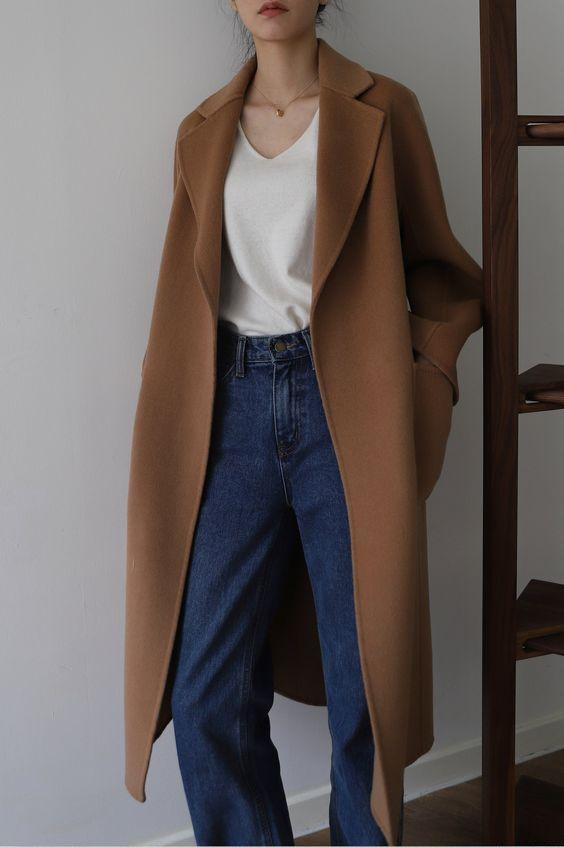 Oversized camel coat με λευκό τοπ και jean παντελόνι