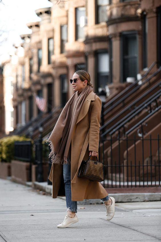 Camel coat με camel κασκόλ, jean παντελόνι και λευκά sneakers