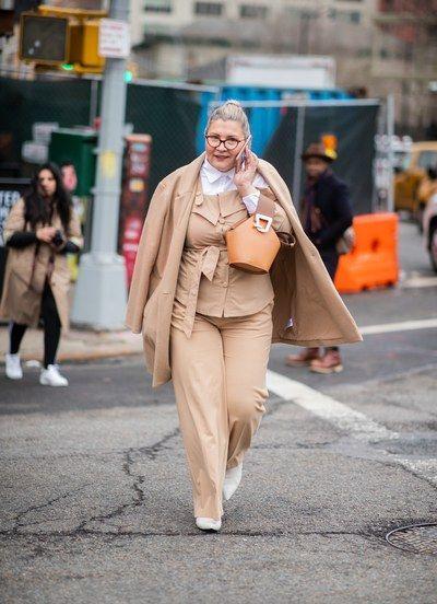 Plus size camel coat με camel πουκάμισο και camel παντελόνι