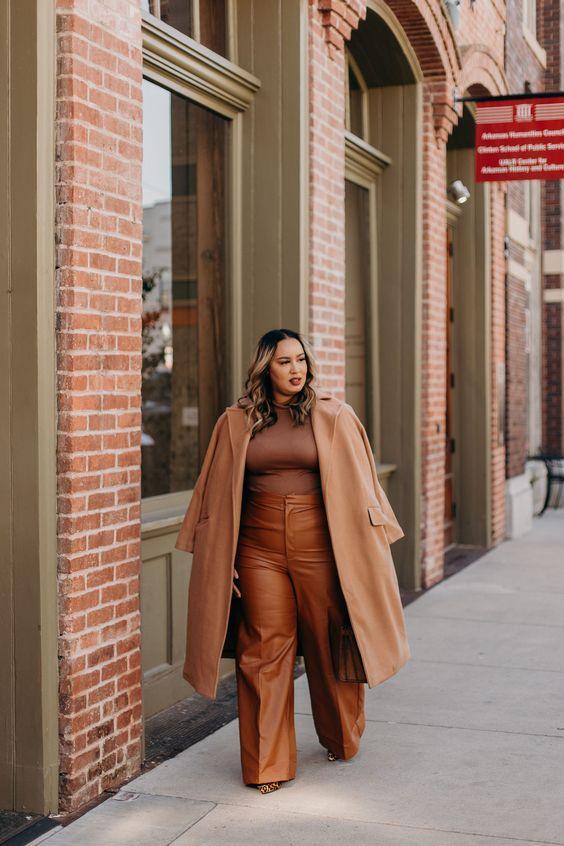Plus size camel coat με καφέ τοπ και καφέ δερμάτινο παντελόνι