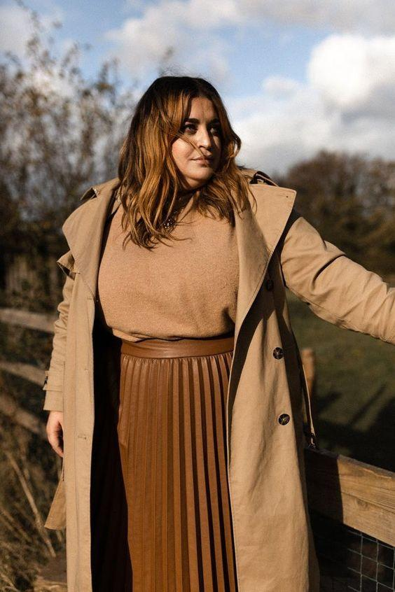 Plus size camel coat με camel μπλούζα και καφέ δερμάτινη φούστα με πιέτες