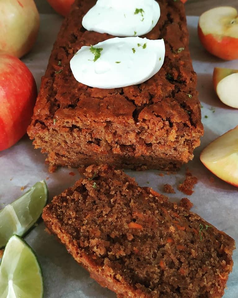 Κέικ μήλου χωρίς ζάχαρη με μέλι, ελαιόλαδο και frosting τυριού