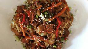 Noodles με χοιρινές μπουκίτσες & διάφορα λαχανικά