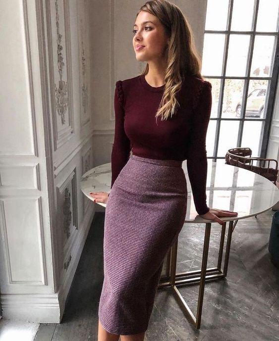 Μπορντό μπλούζα και maxi φούστα σε στενή γραμμή