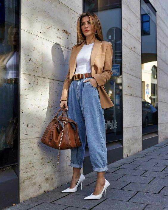 Jean oversized παντελόνι, λευκό τοπ και καφέ πανωφόρι