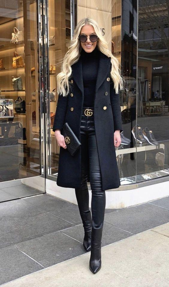 Total black outfits με σικ τσαντάκια