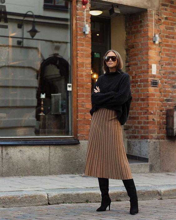 Μπεζ φούστα με πιέτες και μαύρο πουλόβερ