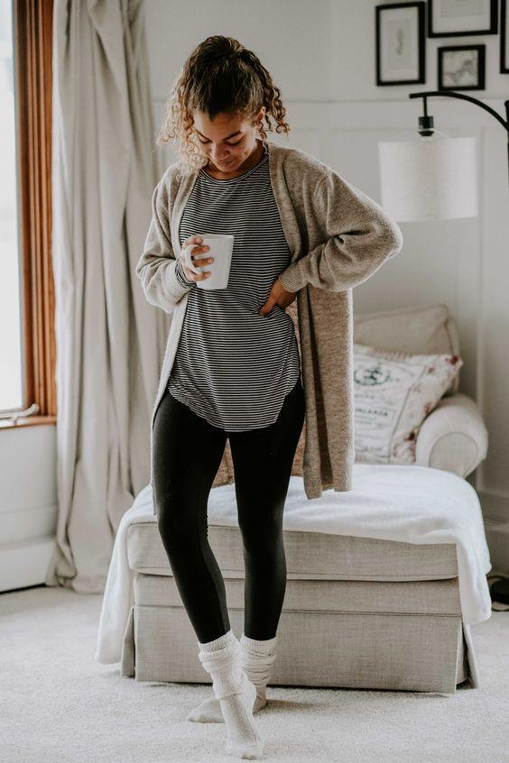 Ιδέες για ρούχα μέσα στο σπίτι για να είμαστε πάντα περιποιημένεςΜαύρο κολάν, μπλούζα με ασπρόμαυρες ρίγες και γκρι ζακέτα