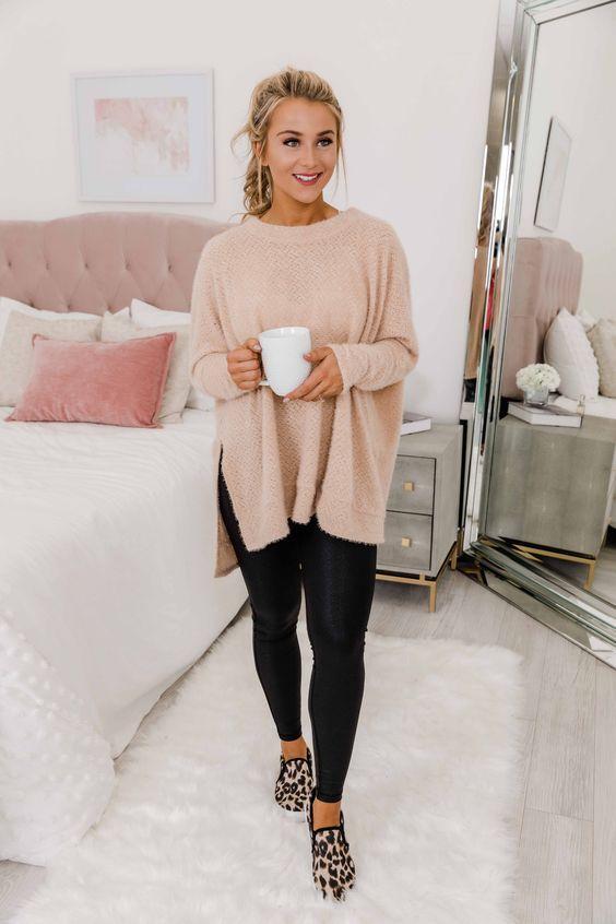 Ιδέες για ρούχα μέσα στο σπίτι για να είμαστε πάντα περιποιημένες: Μαύρο κολάν, ροζ πουλόβερ και animal print παντόφλες