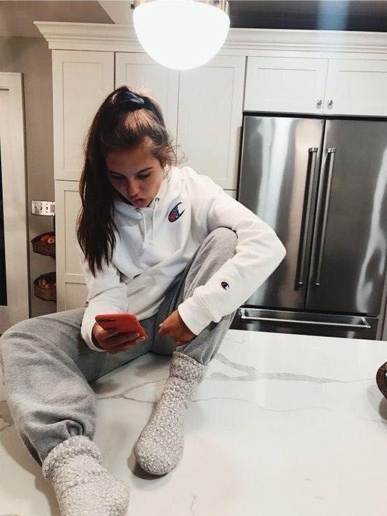 Ιδέες για ρούχα μέσα στο σπίτι για να είμαστε πάντα περιποιημένες: Γκρι φόρμα και λευκό φούτερ
