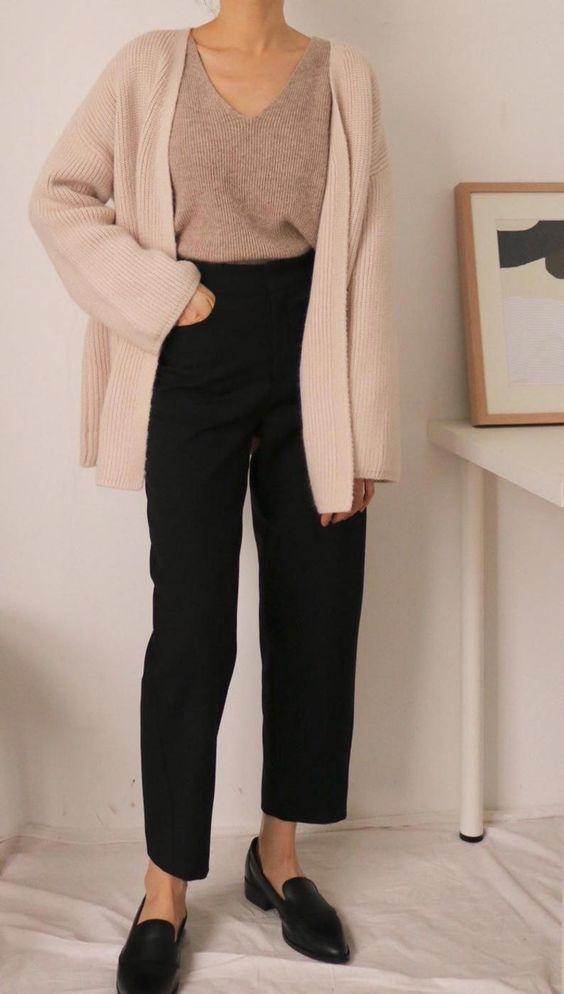 Ιδέες για ρούχα μέσα στο σπίτι για να είμαστε πάντα περιποιημένες:Μαύρο παντελόνι, ροζ τοπ και ροζ ζακέτα
