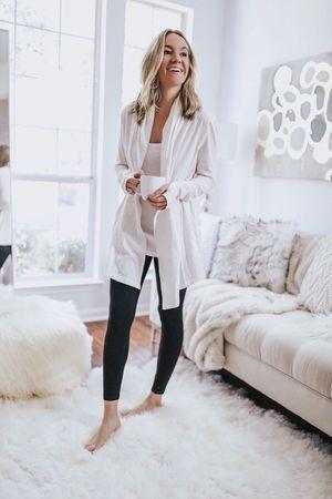 Ιδέες για ρούχα μέσα στο σπίτι για να είμαστε πάντα περιποιημένες:Μαύρο κολάν, λευκό τοπ και λευκή ζακέτα