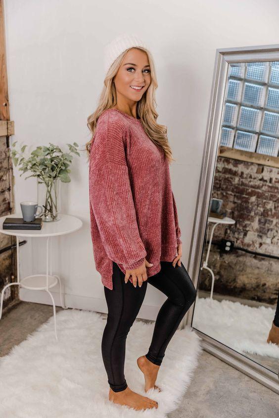 Ιδέες για ρούχα μέσα στο σπίτι για να είμαστε πάντα περιποιημένες: Δερμάτινο μαύρο κολάν και πουλόβερ σε χρώμα σάπιου μήλου