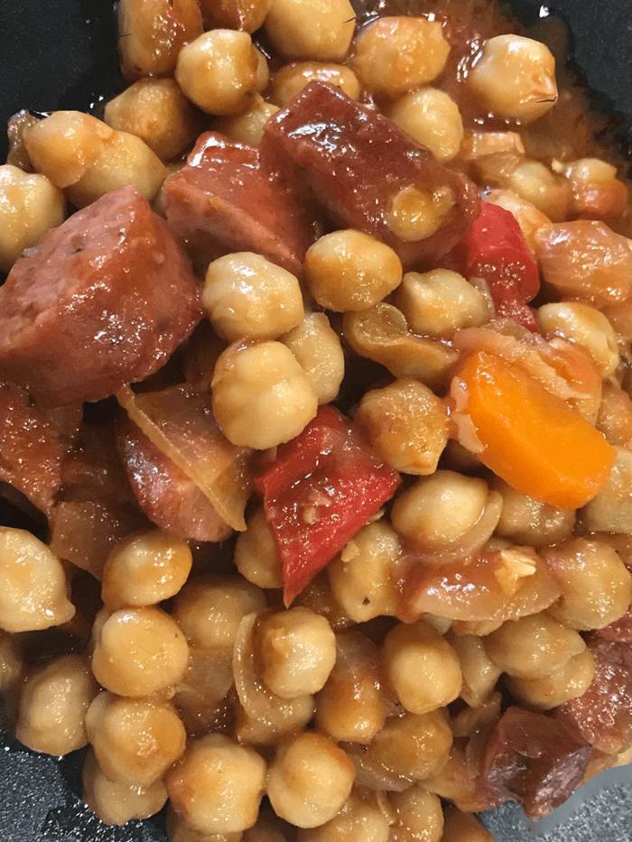 Πεντανόστιμα ρεβίθια στον φούρνο με λουκάνικα & πιπεριές συνταγή