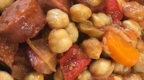 Πεντανόστιμα ρεβίθια στον φούρνο με λουκάνικα & πιπεριές