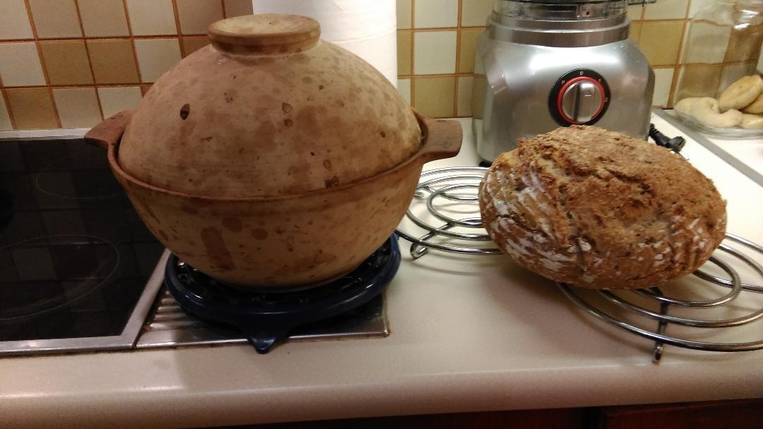 Ψωμί στη γάστρα με αλεύρι ολκής άλεσης.