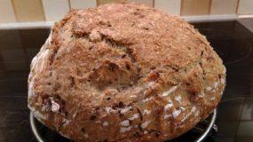 Ψωμί στη γάστρα, χωρίς ζύμωμα, με σπόρους και καρύδια