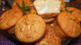 Πανεύκολα και αφράτα muffins με φέτα & δυόσμο (βίντεο)