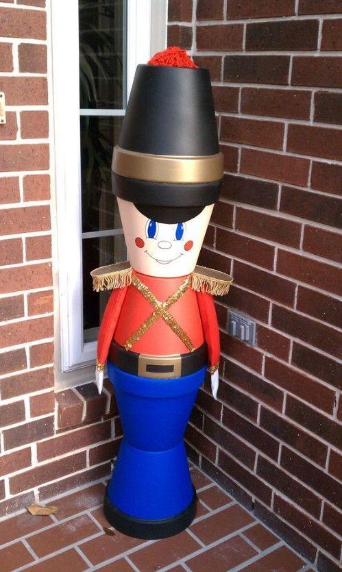 Χριστουγεννιάτικες κατασκευές με πήλινες γλάστρες: Χριστουγεννιάτικος καρυοθραύστης για την αυλή