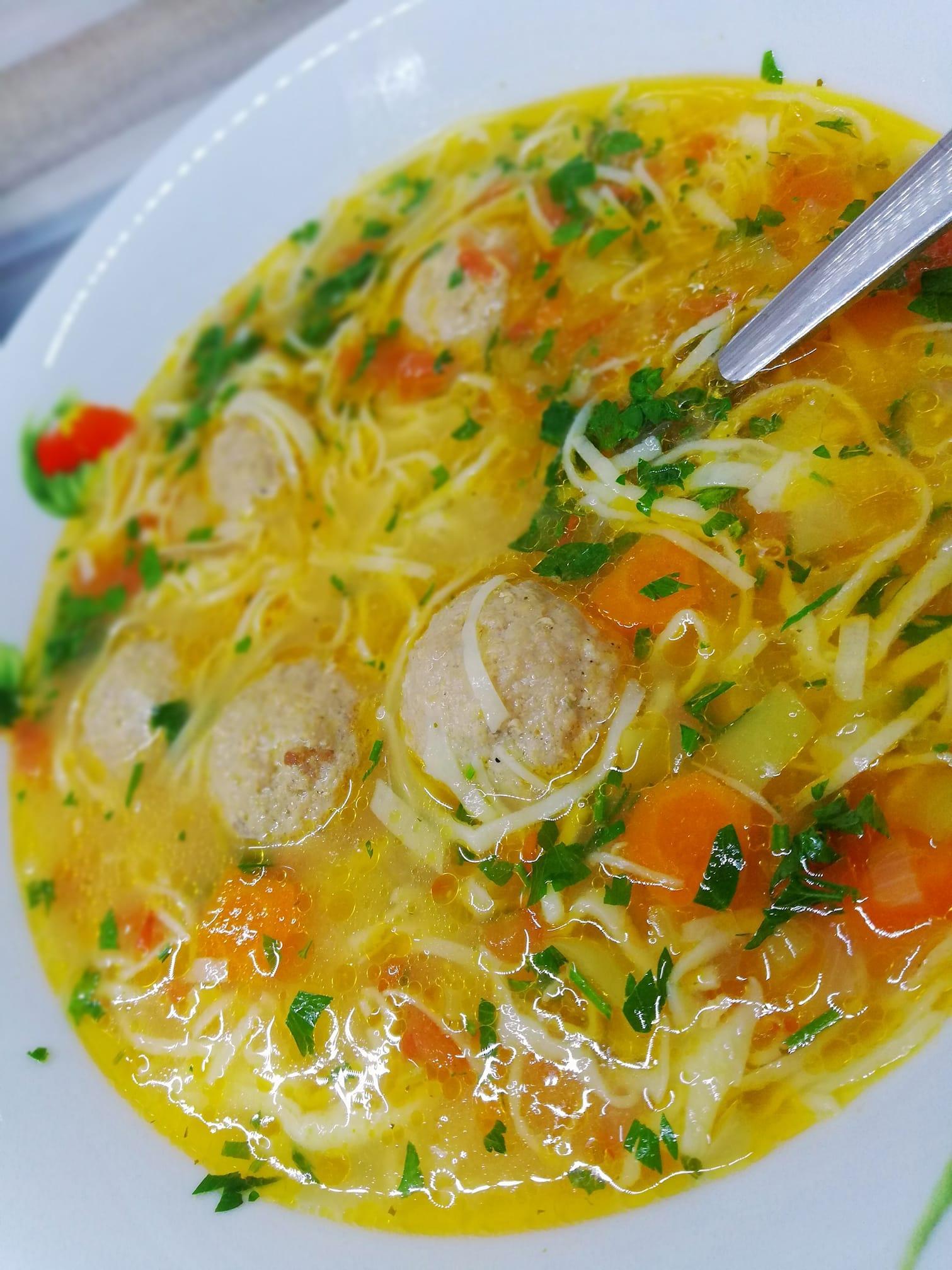 Σούπα γιουβαρλάκια με φιδέ και λαχανικά