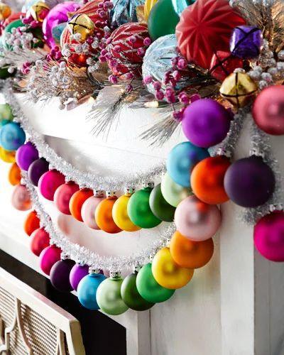 Χριστουγεννιάτικες γιρλάντες με χριστουγεννιάτικες μπάλες για το δέντρο