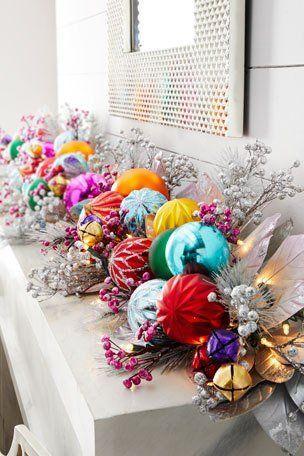 Χριστουγεννιάτικες γιρλάντες με ψεύτικα φυτά και χριστουγεννιάτικες μπάλες για το δέντρο