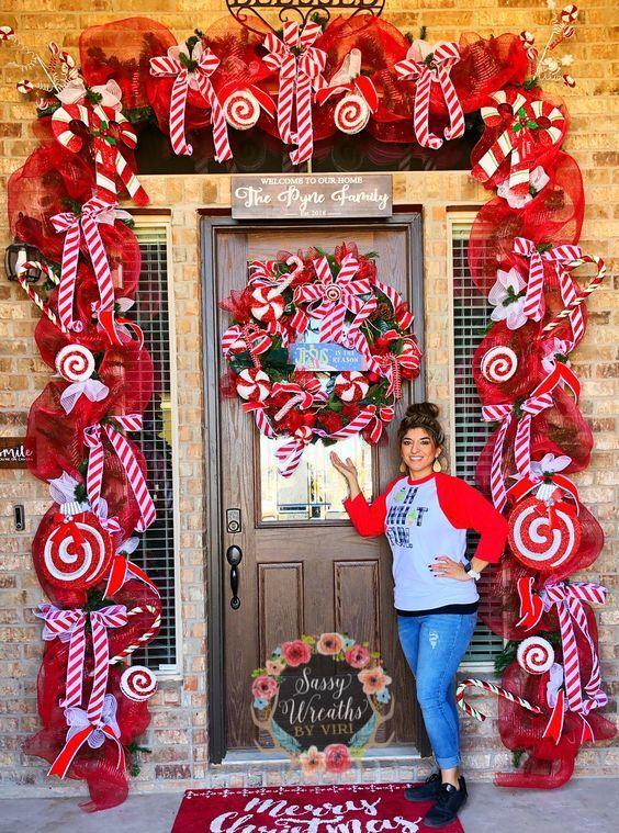 Χριστουγεννιάτικες γιρλάντες με κόκκινες κορδέλες, φιογκάκια και γλυκά