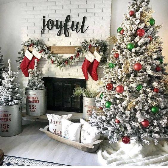Χριστουγεννιάτικες γιρλάντες με τεχνητό χιόνι και κάλτσες του Άγιου Βασίλη