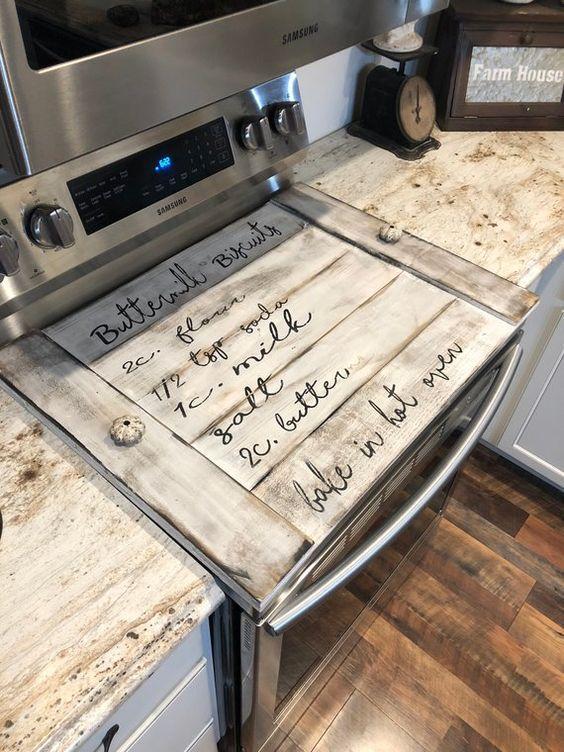 λευκό ξύλινο κάλυμμα για τον φούρνο γκρι με καφέ σχέδια