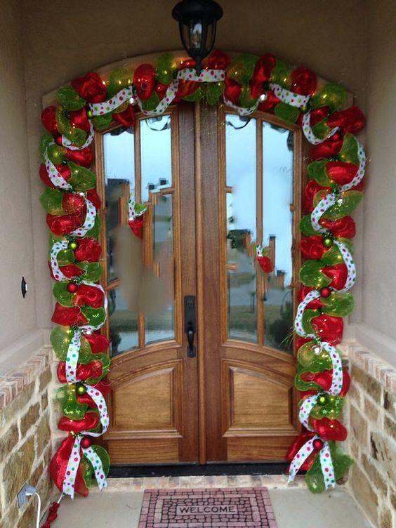 : Χριστουγεννιάτικες γιρλάντες με κόκκινες. πράσινες και πουά κορδέλες