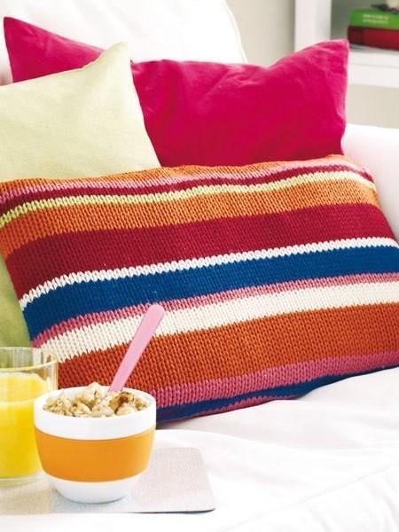 15 μοντέρνες ιδέες διακόσμησης με πλεχτά: Πλεκτή χρωματιστή μαξιλαροθήκη για τα μαξιλάρια του καναπέ