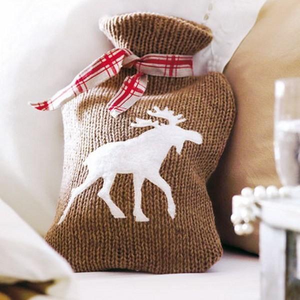 15 μοντέρνες ιδέες διακόσμησης με πλεχτά: Χριστουγεννιάτικη πλεκτή μαξιλαροθήκη με τάρανδο