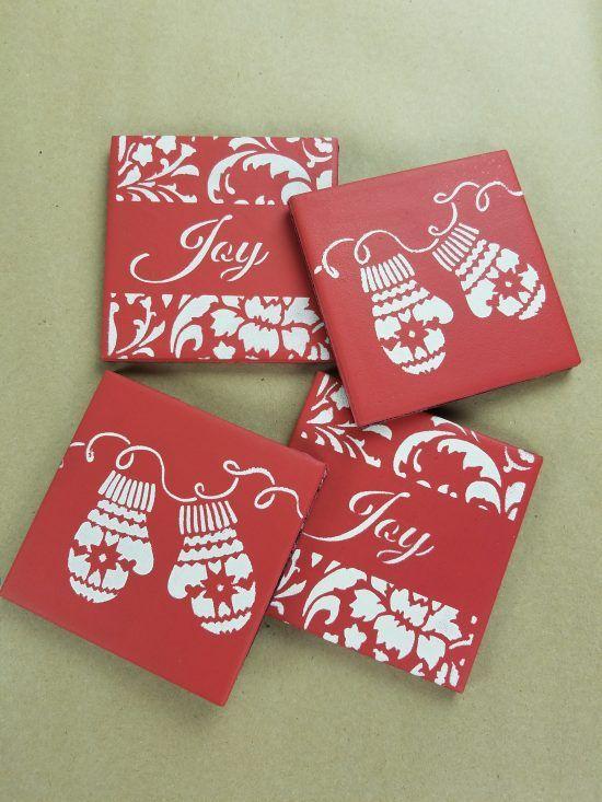 Ιδέες για χριστουγεννιάτικα χειροποίητα κεραμικά σουβέρ: Χριστουγεννιάτικο κεραμικά κόκκινα σουβέρ ντυμένα με χαρτί και χριστουγεννιάτικα σχέδια