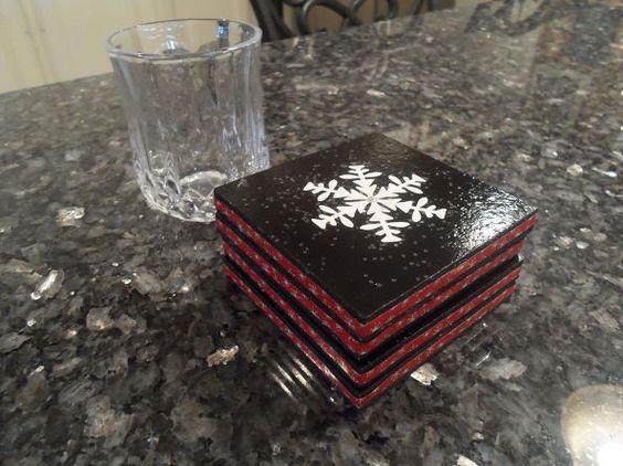 Ιδέες για χριστουγεννιάτικα χειροποιητα κεραμικά σουβέρ: Χριστουγεννιάτικα κεραμικά μαύρα σουβέρ με χιονονιφάδες