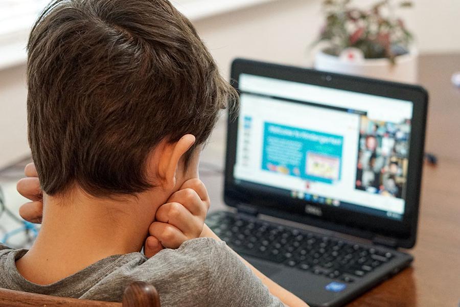 Πώς θα υποχρεώνεις μαθητές 6-7 ετών να στέκονται μπροστά από μία οθόνη – Κείμενο δασκάλου που θα συζητηθεί