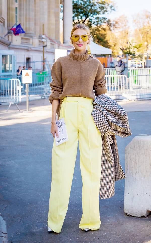 Μπεζ oversized πουλόβερ με κίτρινη παντελόνα και καρό πανωφόρι