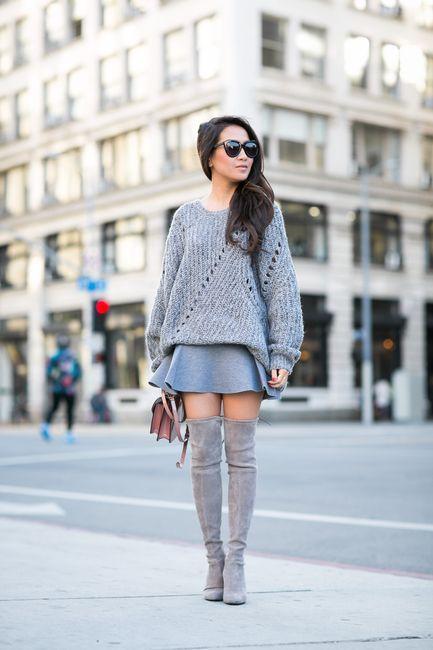 Oversized γκρι πουλόβερ με μίνι γκρι φούστα και γκρι over the knee μπότες
