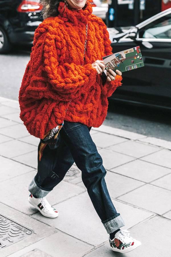 Πορτοκαλί πλεκτό oversized πουλόβερ με jean παντελόνι και αθλητικά παπούτσια