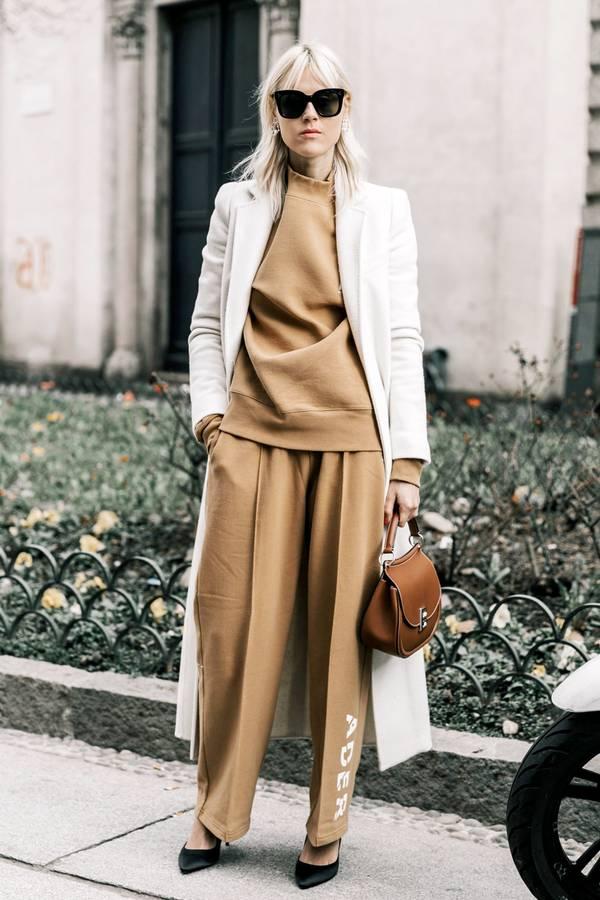 Μπεζ oversized πουλόβερ με μπεζ φόρμα και λευκή καπαρντίνα