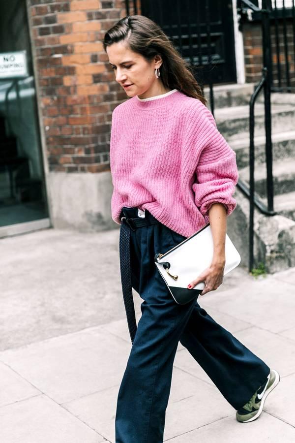 Ροζ πλεκτό oversized πουλόβερ με jean παντελόνι και αθλητικά παπούτσια