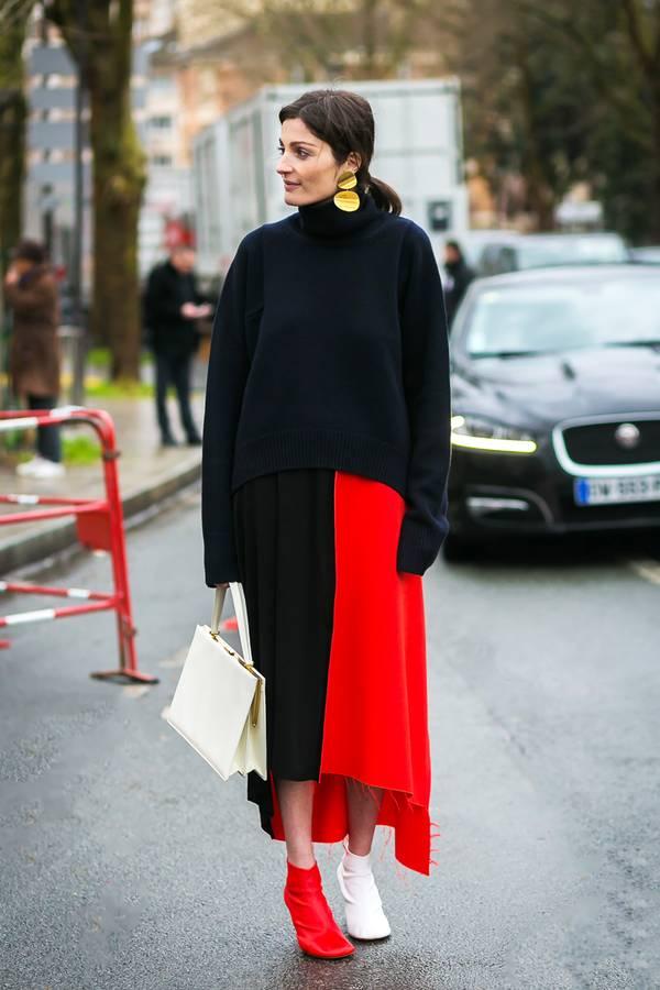 Μαύρο oversized πουλόβερ με μαυροκόκκινη μάξι φούστα και λευκά και κόκκινα μποτάκια