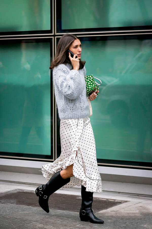 Oversized γκρι πουλόβερ με πουά φούστα και μαύρες μπότες